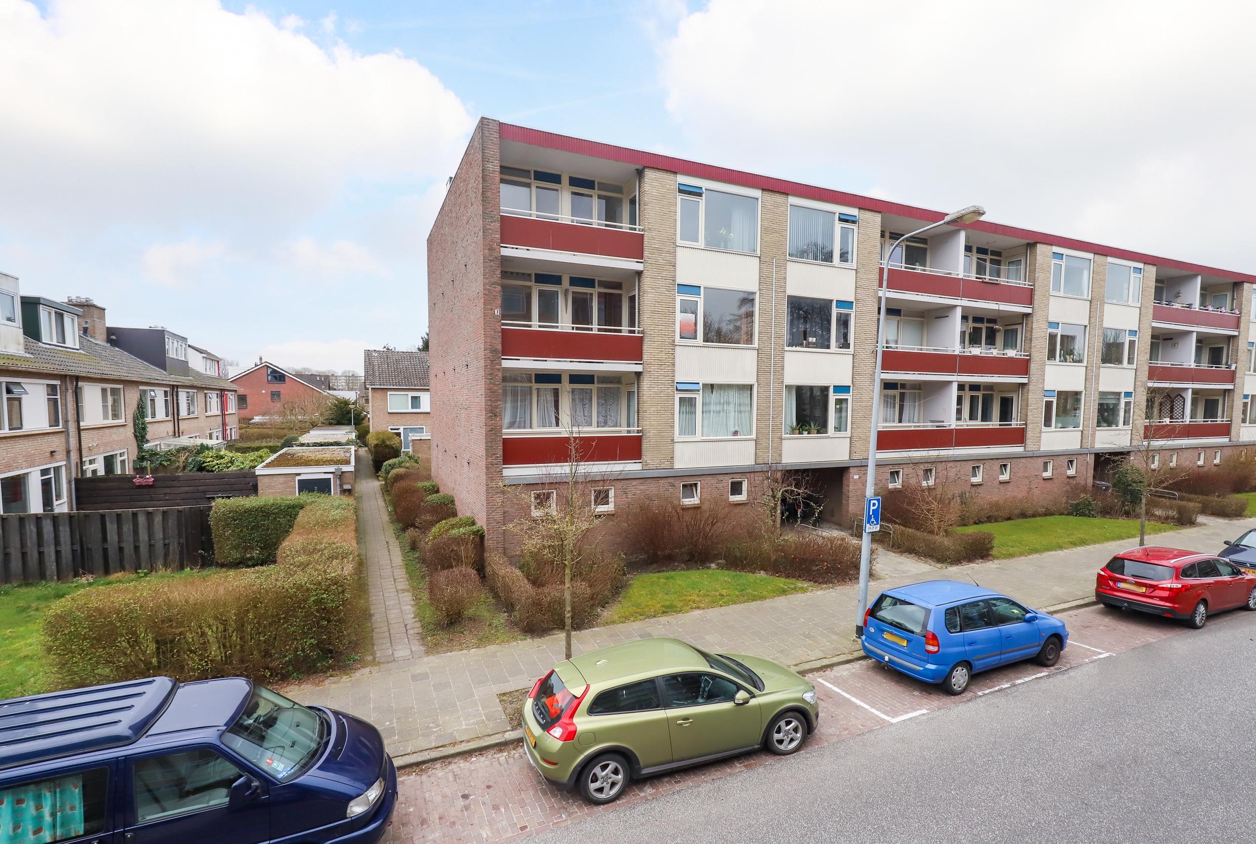 Plutolaan 70 Groningen - Portiekflat met 3 slaapkamers in Paddepoel